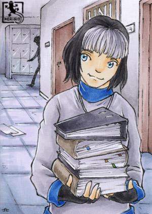 Eine junge Studentin mit einem Stapel Bücher und Ordner läuft den Gang des Universitätsflurs entlang.